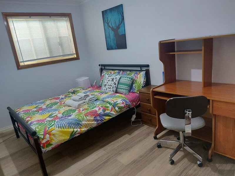 Private double bed room close to city, shops., holiday rental in Pooraka