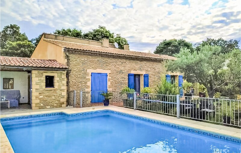 Nice home in Vallabrix with Outdoor swimming pool, WiFi and 3 Bedrooms (FLG615), alquiler vacacional en Saint-Laurent-La-Vernede