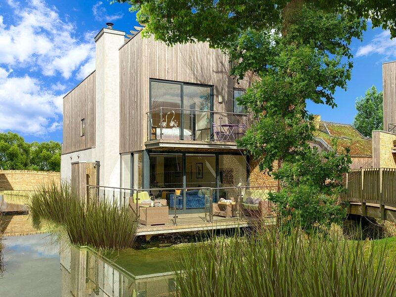 7 Water Garden, Lower Mill Estate / Sleeps 8 plus 4 kids/Spa/Pools/Roof Terrace, vacation rental in Minety