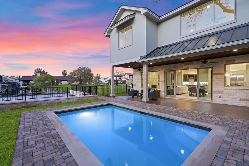 Contemporary, Luxury Retreat on Lake LBJ with Heated Pool, holiday rental in Horseshoe Bay