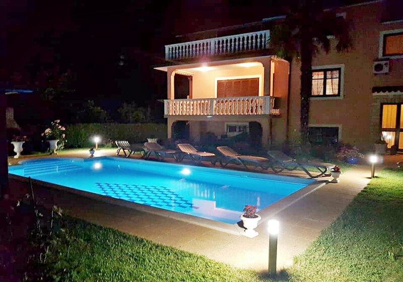Villa Amedeo Umag Finida con piscina privata, 3 camere Wi-Fi barbecue giardino, holiday rental in Petrovija
