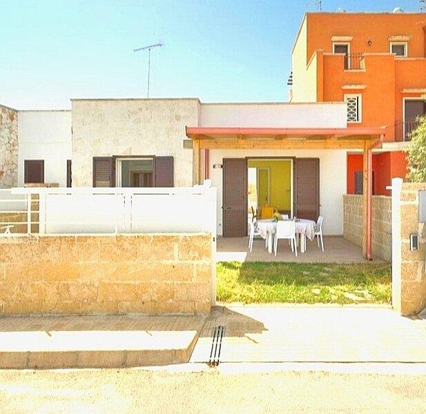 Villa Marisol con giardino privato in zona residenziale, location de vacances à Torre Lapillo