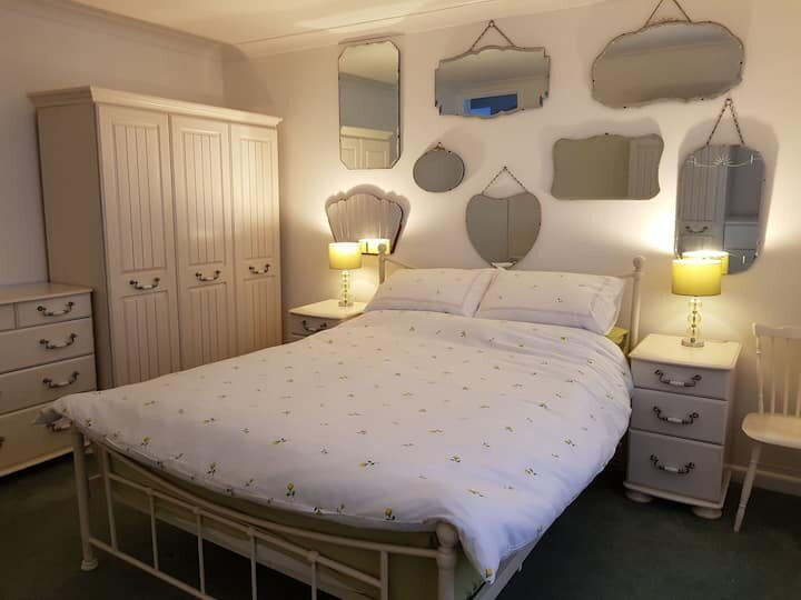 Jill's Place: Tranquil Yet Central Bungalow, Sleeps 4+1+Cot, location de vacances à Saxlingham Nethergate