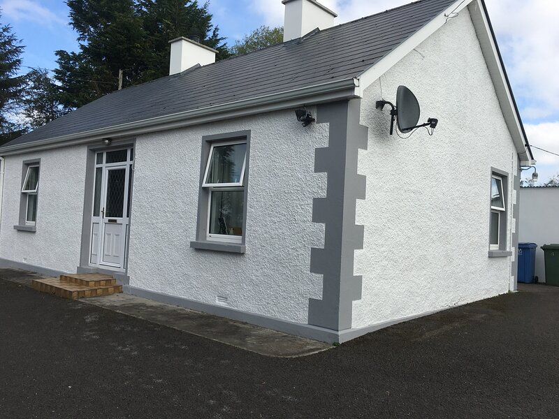 PEACEFUL TRADITIONAL IRISH COTTAGE SET ON OWN LAND, alquiler de vacaciones en Enniskillen