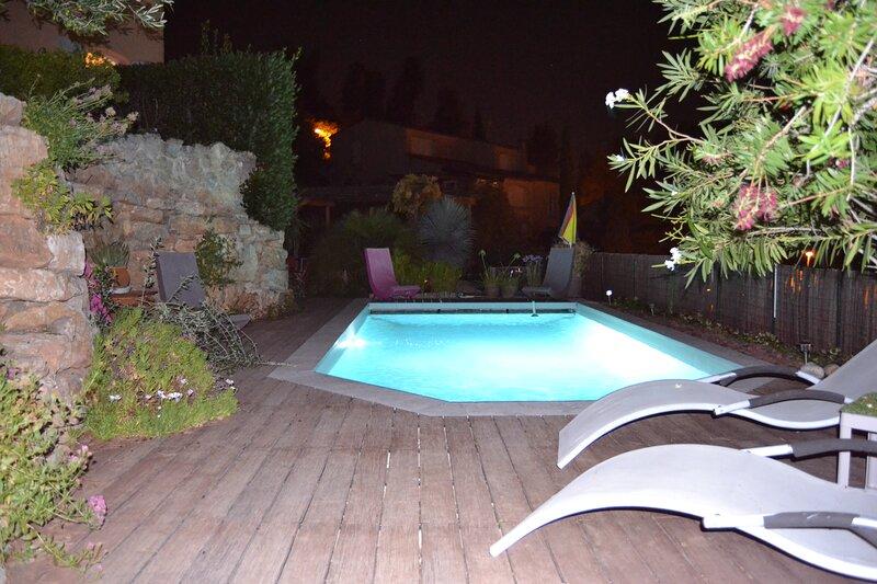 Gite T1 25.5m2-terrasse-vue mer-piscine plein sud-quart trés calme-Hauts Hyères, location de vacances à Hyères
