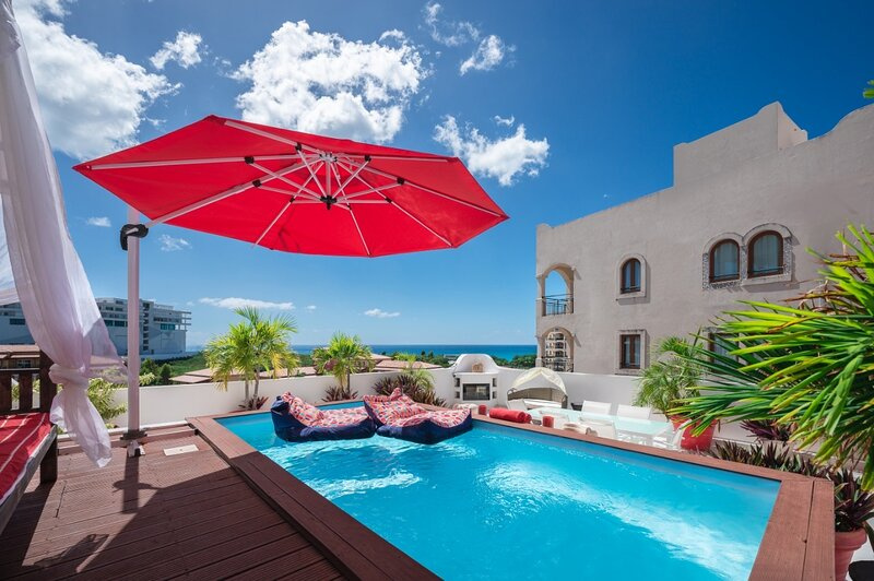 Porto Cupecoy Penthouse pool hotub outside fireplace ocean & lagoon Views 4 bdrm, location de vacances à Cupecoy Bay
