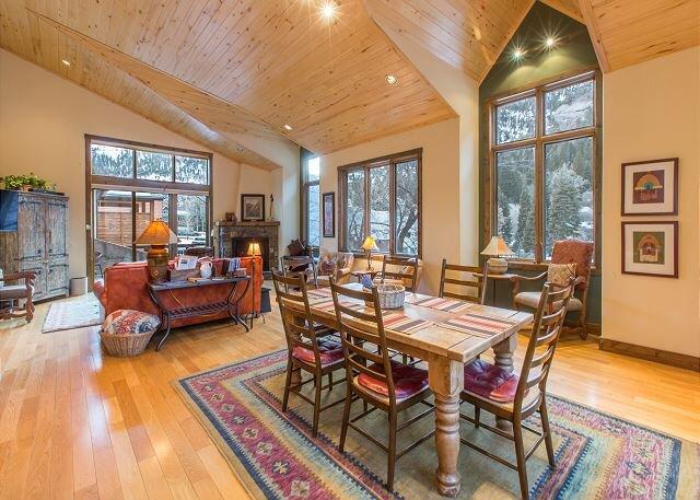 Luxury Condo - Blocks to Downtown - Private Deck, location de vacances à Ouray