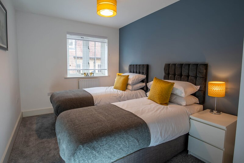 Modern 3 bedroom house with parking near Canterbury city centre, vacation rental in Bridge