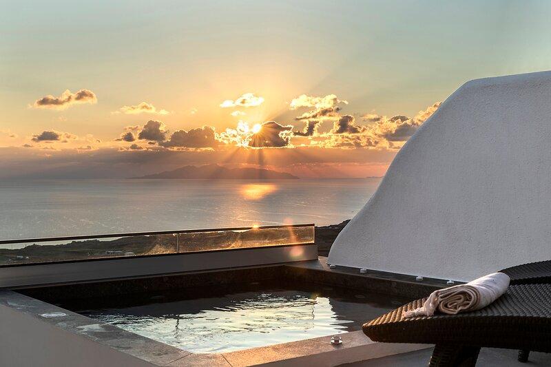 NEW La Estrella 4 Suites & 4 Prive Jacuzzi, 11 pax, location de vacances à Vourvoulos