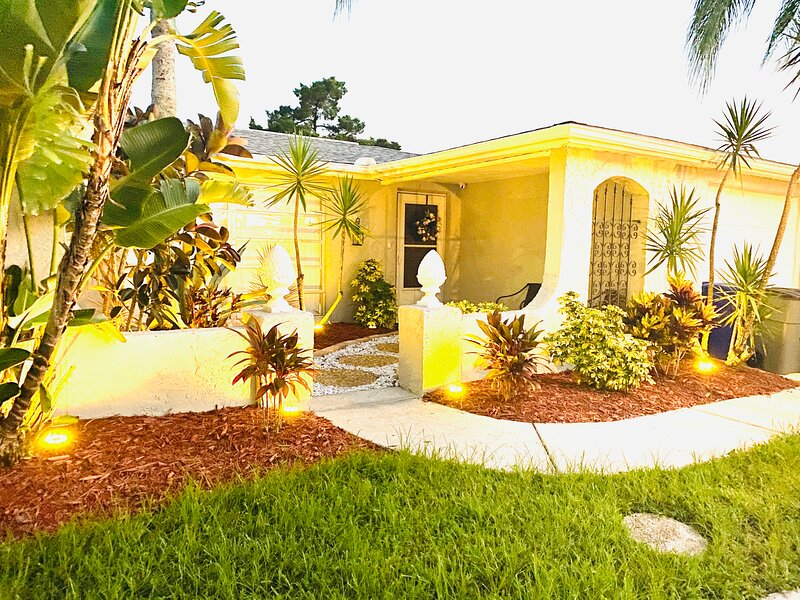 Beautifully remodeled tastefully decorated private pool family getaway, alquiler de vacaciones en Port Richey