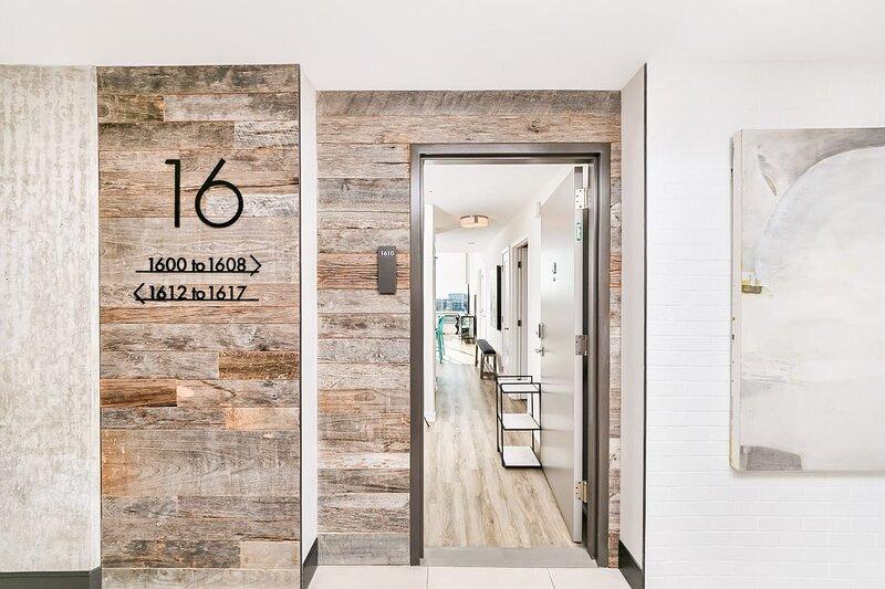 2BR/2BA Elegant Luxury Suite With Gym & Pool By ENVITAE, aluguéis de temporada em Baltimore