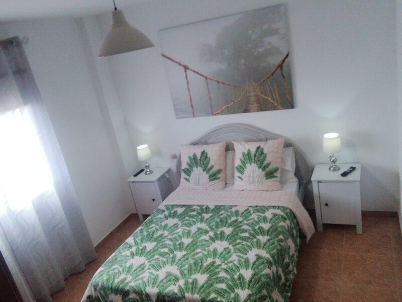 dormitorio con tv ,netflix y you tube y baño en suite
