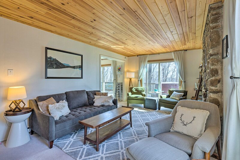 NEW! Cozy Home: Resort Access & Fire Pit!, vacation rental in Montebello