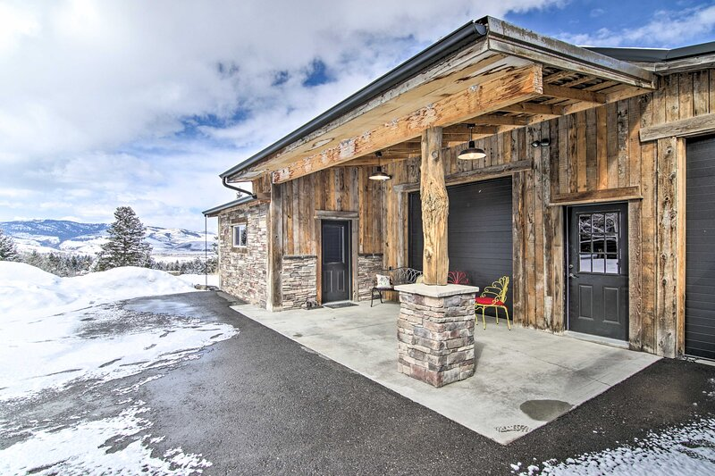NEW! Remote Wilderness Retreat w/ Hot Tub Access!, aluguéis de temporada em Gallatin Gateway