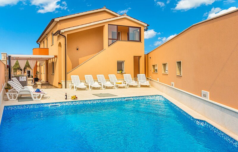Holiday Home Gallesano - Six Bedroom House with Private Pool and Gym, holiday rental in Galizana