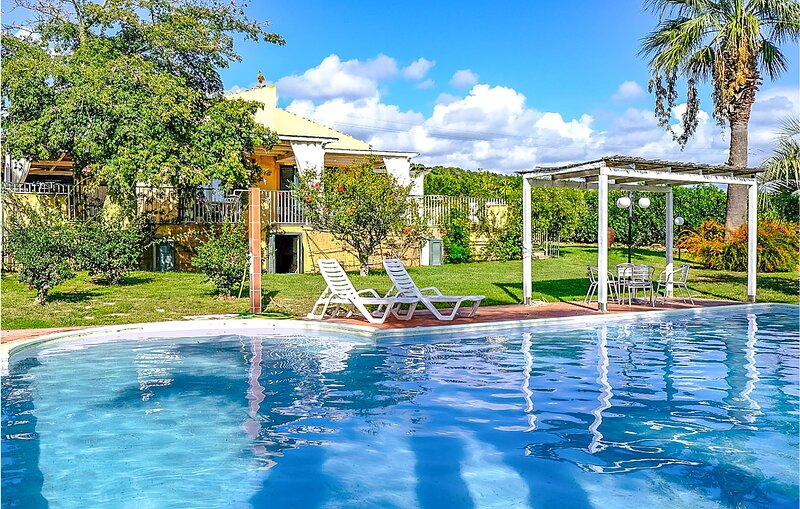 Awesome home in Scicli with Outdoor swimming pool, WiFi and 5 Bedrooms (ISR370), holiday rental in Sampieri