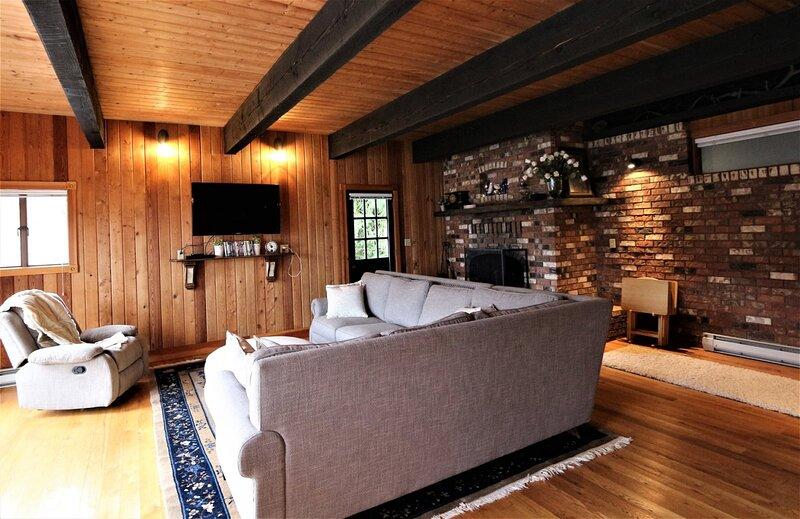 Custom cottage perched on Lake Sutherland, boat dock, decks  Custom cottage perc, vacation rental in Joyce
