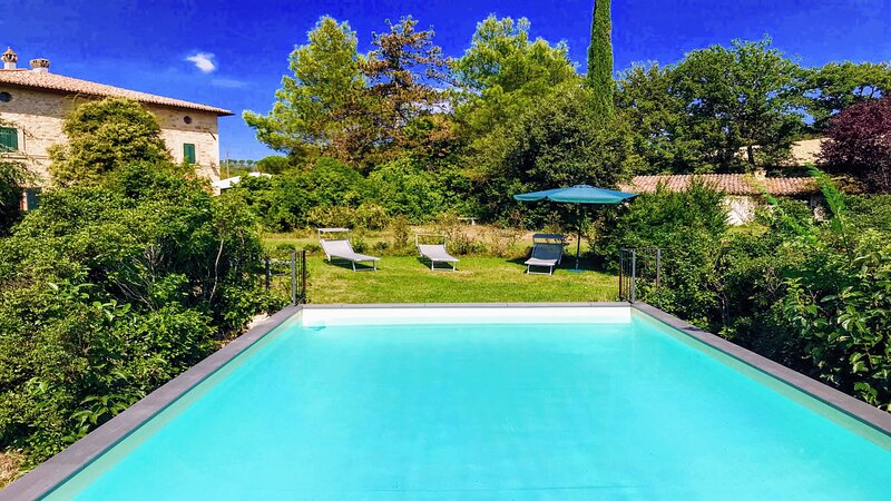 Garden Of Eden with exclusive pool - sleeps 11, Spoleto 11kms, Rome 60 kms, holiday rental in Castel Ritaldi