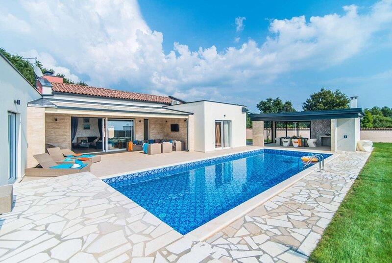 3 bedrooms w/ensuite, villa w/pvt pool, location de vacances à Jursici