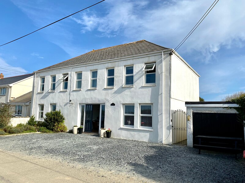 Spacious 5 bedroom house 15 minute walk to Porthcothan Bay, holiday rental in Treburrick
