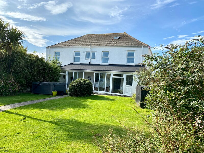 Spacious 5 bedroom house 15 minute walk to Porthcothan Bay, Ferienwohnung in Porthcothan