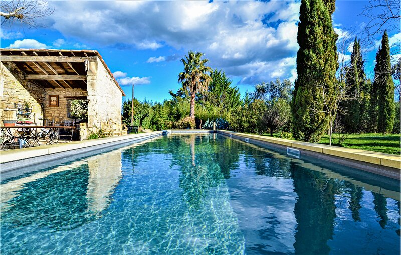 Awesome home in Tarascon with Outdoor swimming pool, WiFi and 7 Bedrooms (FPB425, location de vacances à Tarascon