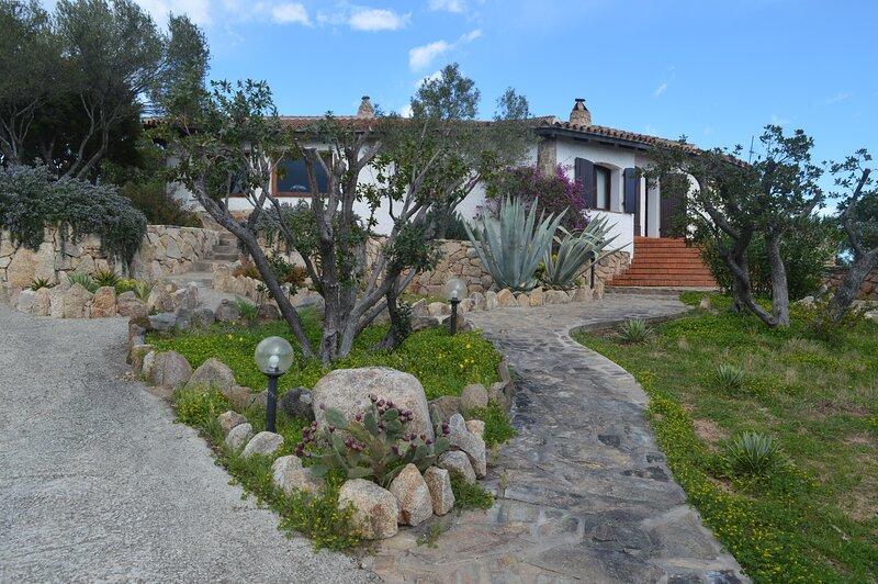 Villa Sos Orzastos between Puntaldia and Lu Impostu Beach, vacation rental in Case Peschiera-lu Fraili