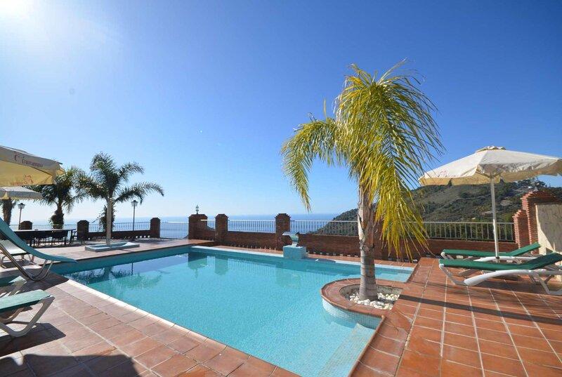 3 bed villa with amazing terrace and pool views, alquiler de vacaciones en La Herradura