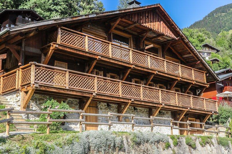 La Grange au Merle by Clarian Chalets - Luxury Catered Ski Chalet – semesterbostad i Chatel