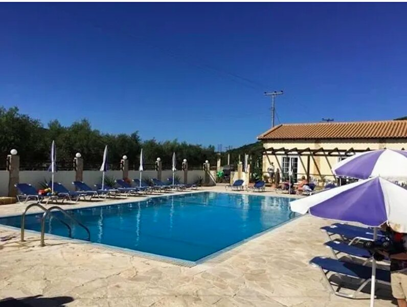 Beautiful studio apartment with shared outdoor pool, holiday rental in Alikanas