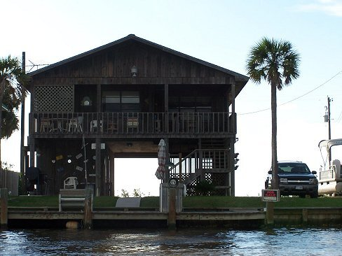 River Retreat is located right on the Colorado River with Lighted Fishing Pier, location de vacances à Matagorda