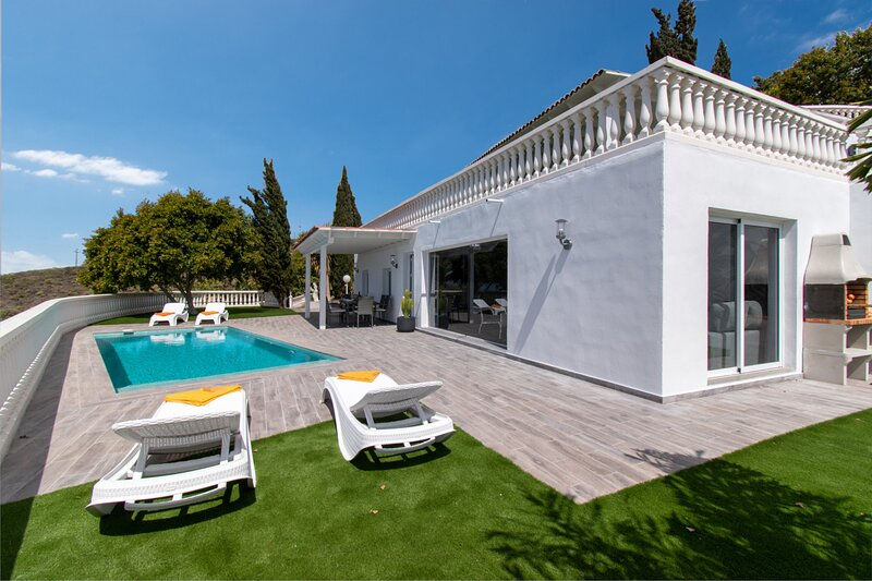 Villa Piconera, Luxury 4 bedroom villa with private heated pool, Adeje., holiday rental in Armenime