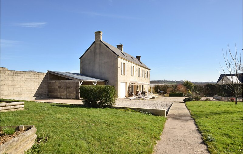 Awesome home in Condé-sur-Seulles with WiFi and 4 Bedrooms (FNC230), vacation rental in Villers-Bocage