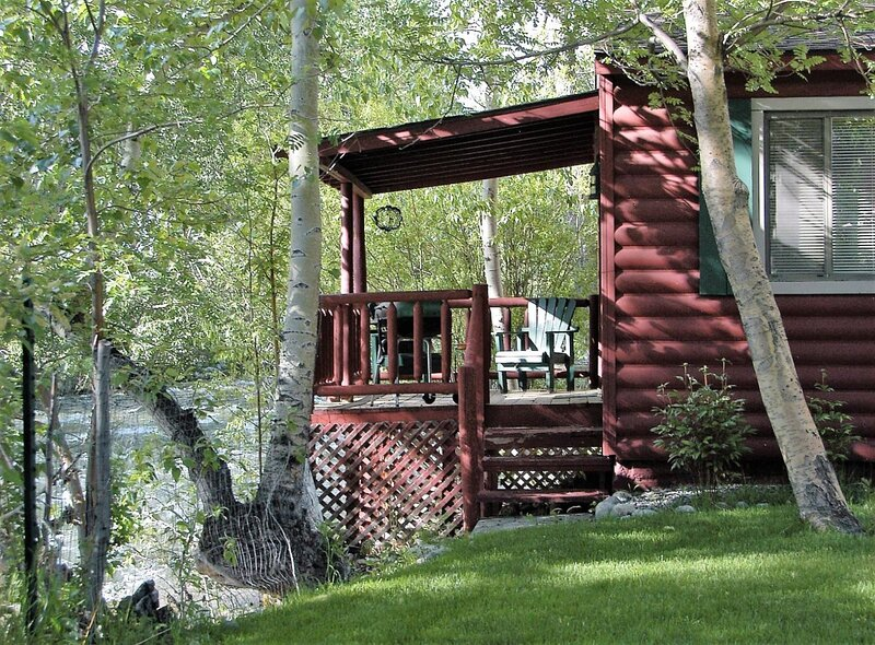 Cowboy Cabin  Creekside Cabin with Wi-Fi and is Dog-Friendly, casa vacanza a Red Lodge