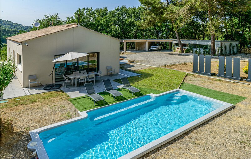Nice home in Rognes with Outdoor swimming pool, WiFi and 4 Bedrooms (FPB426), location de vacances à Rognes
