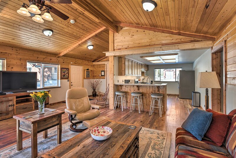 NEW! Victor Woodland Cabin Retreat w/ Fire Pit, alquiler vacacional en Florence