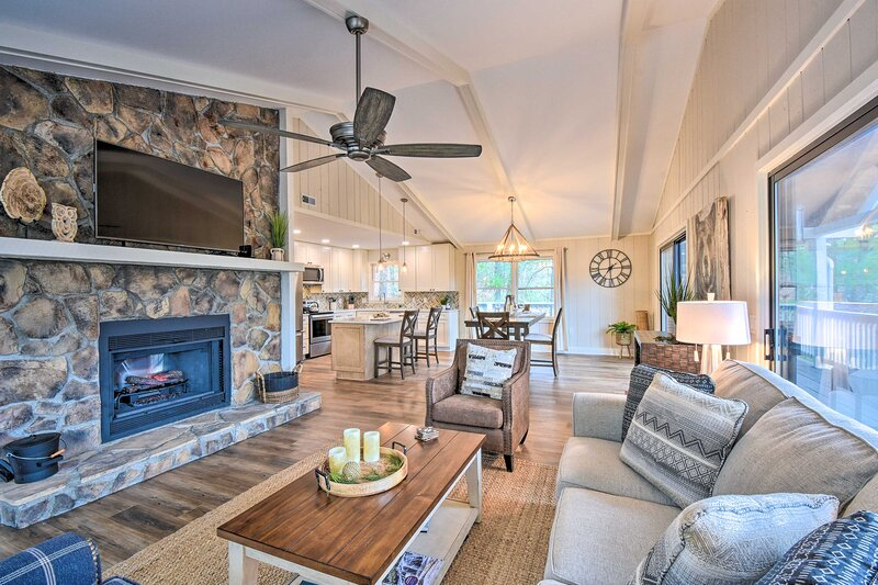 NEW! Modern Mtn Living: Large Family Resort Home!, holiday rental in Sky Valley
