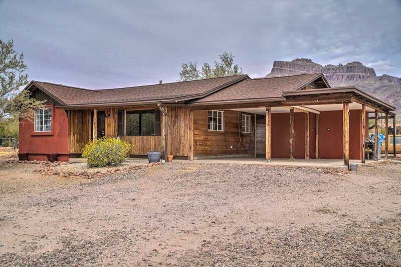 NEW! Apache Junction Escape w/ Hot Tub & Mtn Views, Ferienwohnung in Gold Canyon