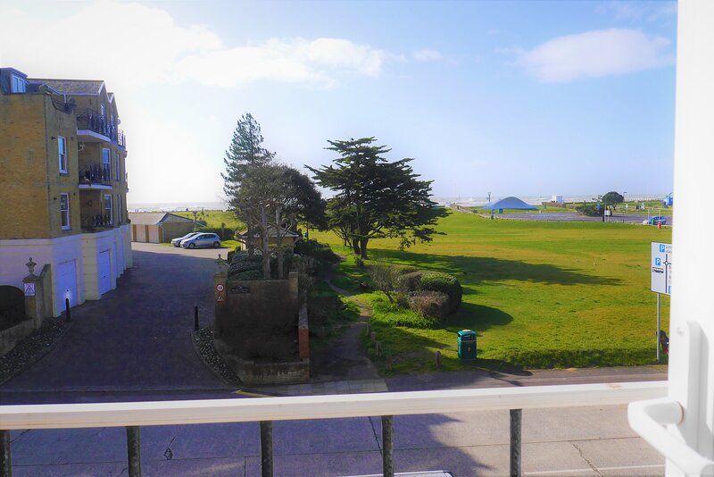Beach View flat with balcony, holiday rental in Littlehampton