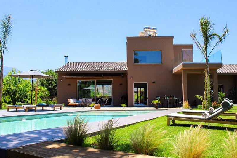 Villa Fuerte ✩ Infinity Yard & Pool ✩ 18 Guests, alquiler vacacional en Zourva