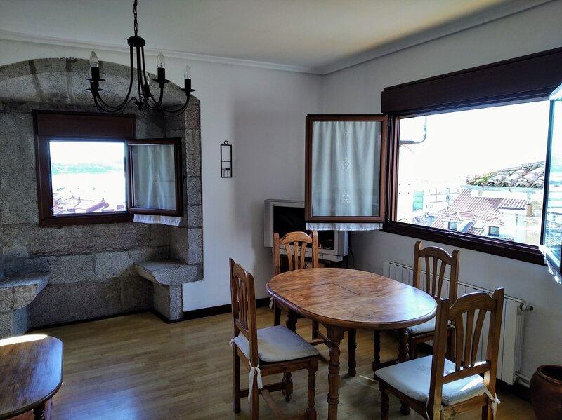 Precioso piso en el casco urbano con vistas espectaculares, vacation rental in San Vicente de la Barquera