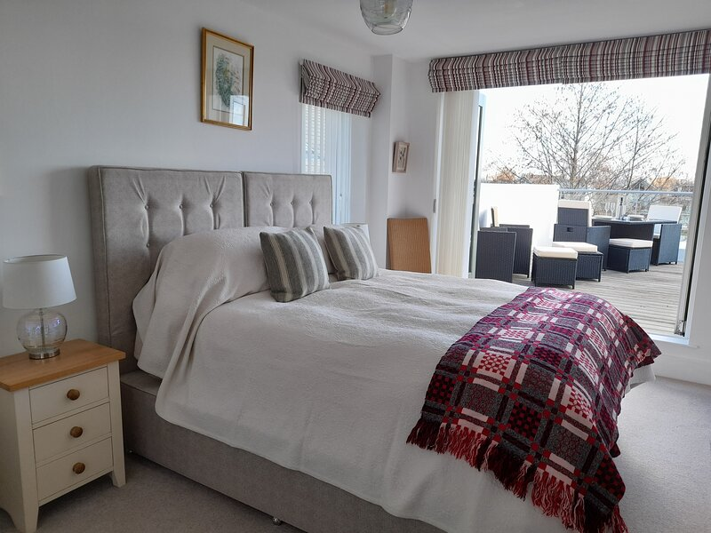 Penthouse Apartment with Lakeside Views, Large Balcony and Spa Membership, vacation rental in Ashton Keynes