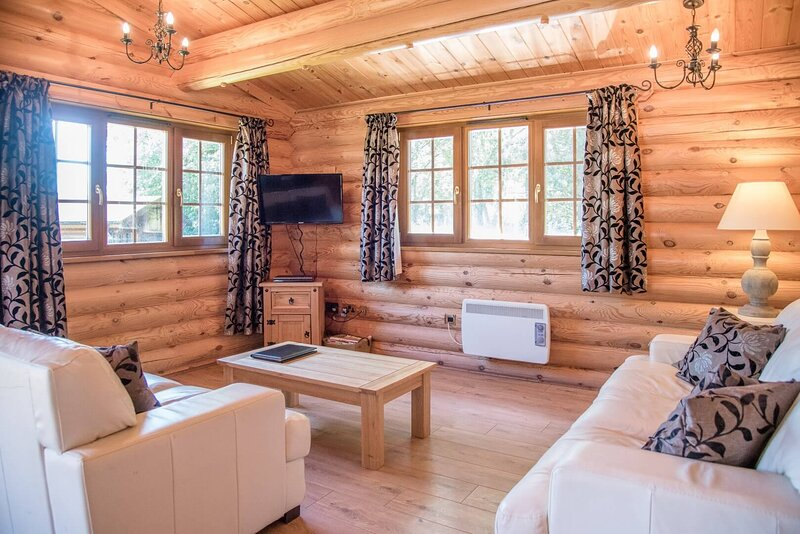 Ash Lodge with Hot Tub, Kingfishers (Air Manage Suffolk), holiday rental in Brandeston