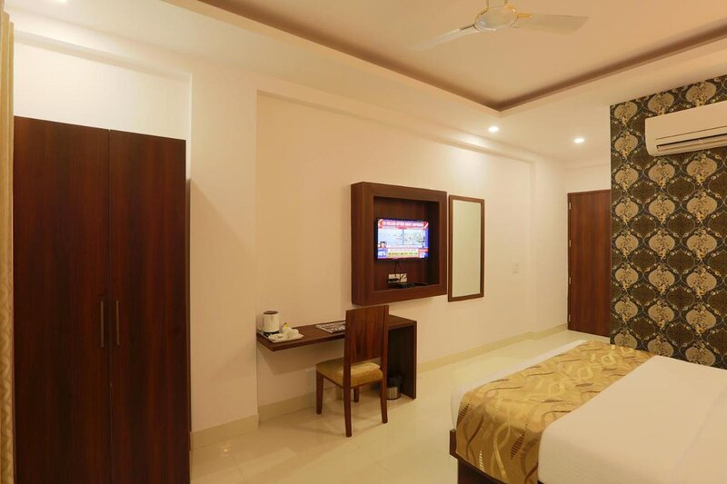 Hotel Arch -Stunning double bedroom near Aerocity New Delhi, vacation rental in Mahipalpur