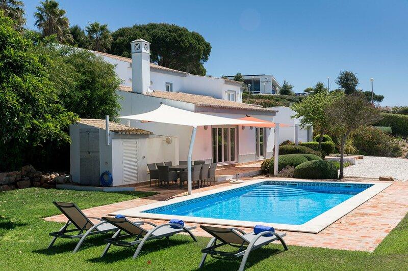 Casa Bamboo with magnificent views over sparkling blue sea and golden sand, alquiler vacacional en Sagres