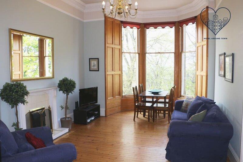 Spacious drawing room apt, 10 mins to Princess st., aluguéis de temporada em Edimburgo