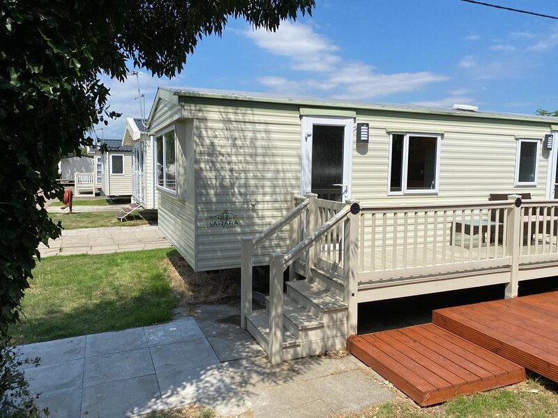 Immaculate re-modelled static caravan with own secure sunny garden close to beac, location de vacances à Clacton-on-Sea