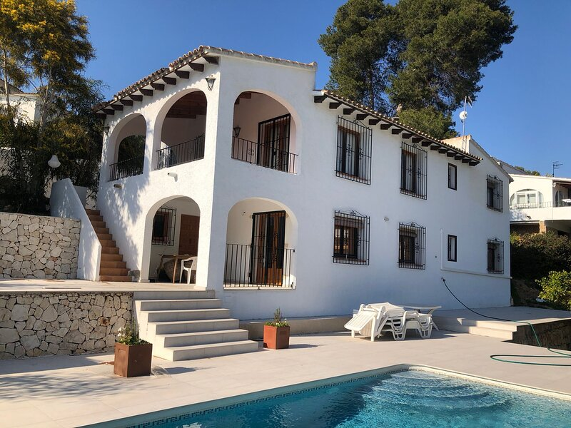 Large family villa with private pool and garden 5 minute walk to beach and town, vacation rental in Moraira