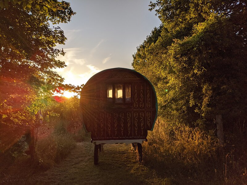 Woodland Wagon at Oakwood Glamping with fire pit, holiday rental in Woodmancote