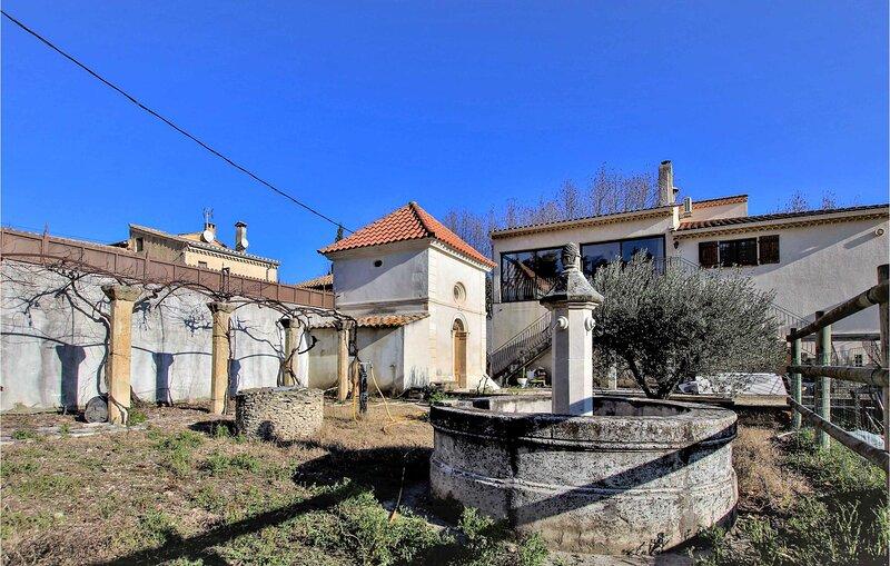 Nice home in Rochefort-du-Gard with Outdoor swimming pool, WiFi and 6 Bedrooms (, holiday rental in Rochefort du Gard
